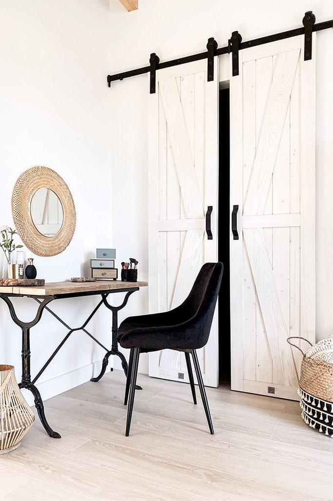 sypialnia z garderobą, wąskie drzwi przesuwne, przesuwne drzwi do garderoby, biel i drewno w sypialni, rustykalna sypialnia, toaletka w stylu vintage, toaletka metalowe nogi, czarne dekoracje w sypialni