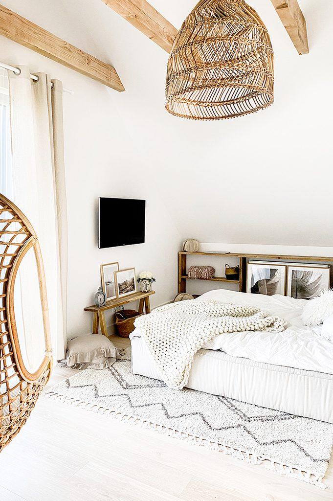 biel w sypialni, rustykalna sypialnia, sypialnia w stylu boho, ażurowa lampa, drewniane belki w sypialni