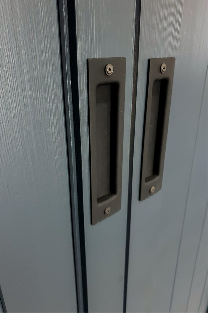 antracytowe drzwi drewniane, klamka do drzwi przesuwnych, podwójne drzwi rozsuwane