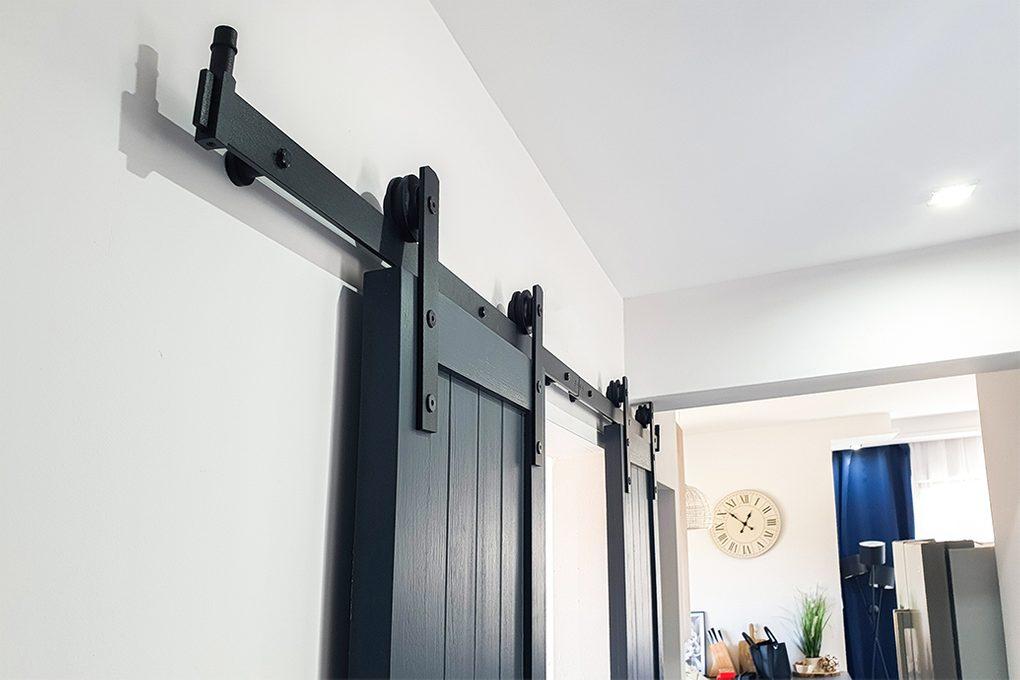 antracytowe drzwi drewniane, drzwi przesuwne w kolorze antracyt, czarny system przesuwny, drewniane drzwi podwójne