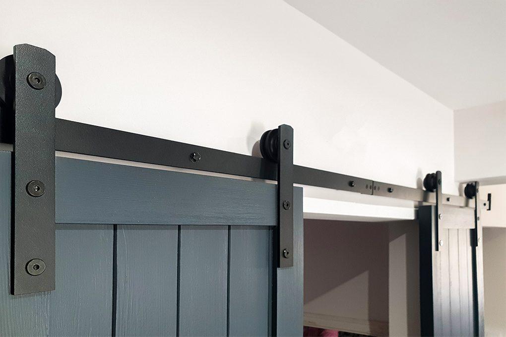 antracytowe drzwi drewniane, drzwi przesuwne w kolorze antracyt, czarny system przesuwny, drewniane drzwi podwójne, wąskie drzwi przesuwne, okucia do drzwi przesuwnych
