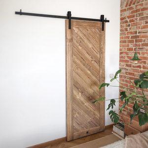 drewniane drzwi przesuwne, drzwi do garderoby, garderoba w sypialni, przesuwne drzwi do garderoby, drewniane drzw, cegła w sypialni, lampka nocna wisząca, styl vintage, vintage sypialnia, system do drzwi przesuwnych