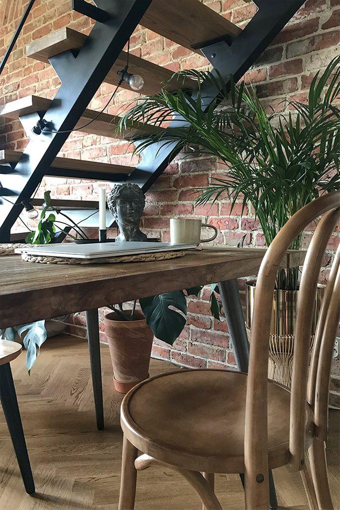 krzesła retro, metalowe schody w stylu loft, loftowe wnętrze, cegła na ścianie, lofty styl, vintage dodatki, duże kwiaty w salonie, metalowe lampki