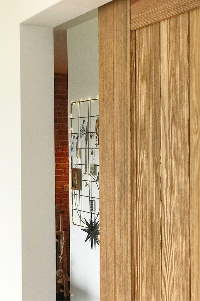 drewniane drzwi przesuwne, drzwi z lustrem, przesuwne lustro, system do drzwi przesuwnych, metalowy organizer na ścianę
