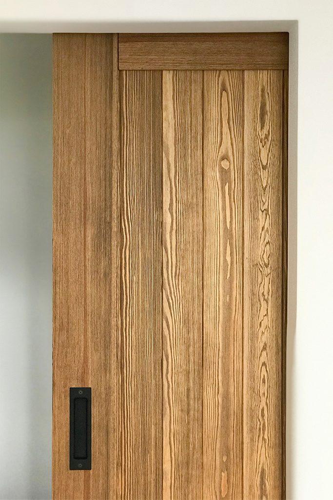 drewniane drzwi przesuwne, drzwi z lustrem, przesuwne lustro, system do drzwi przesuwnych, klamka do drzwi przesuwnych