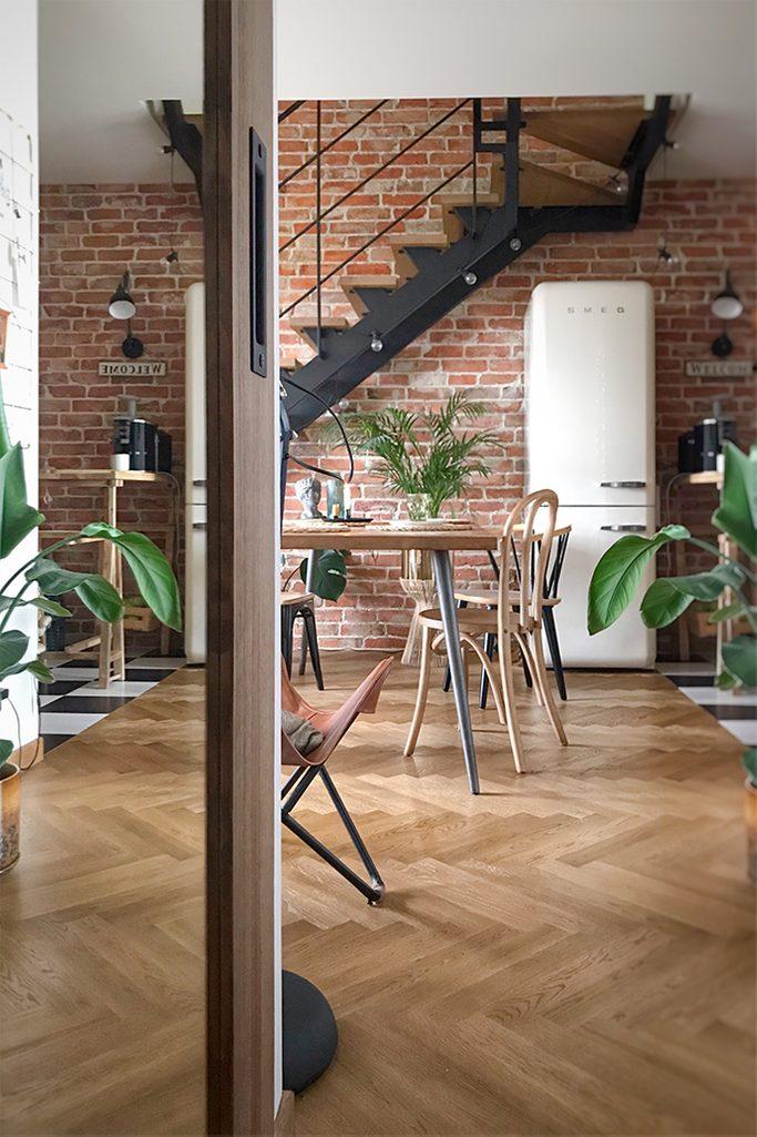 loftowe wnętrze, meble vintage, loftowe schody, cegła na ścianie w salonie, lodówka vintage, retro dodatki do mieszkania, industrialne lampki, parkiet w salonie