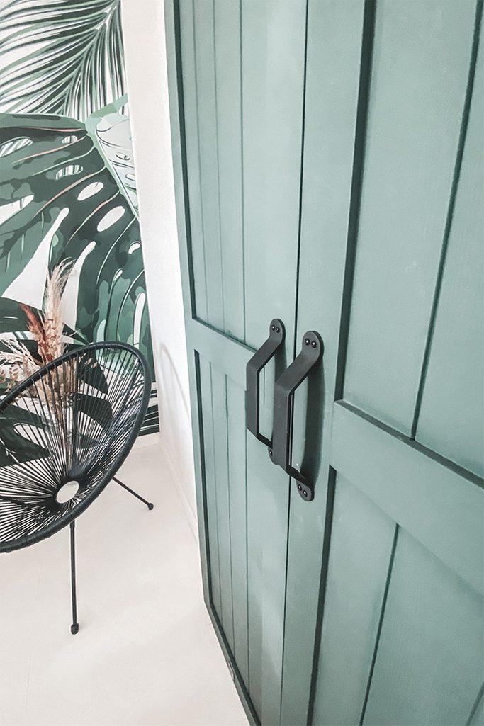 zamknięte zielone drzwi podwójne