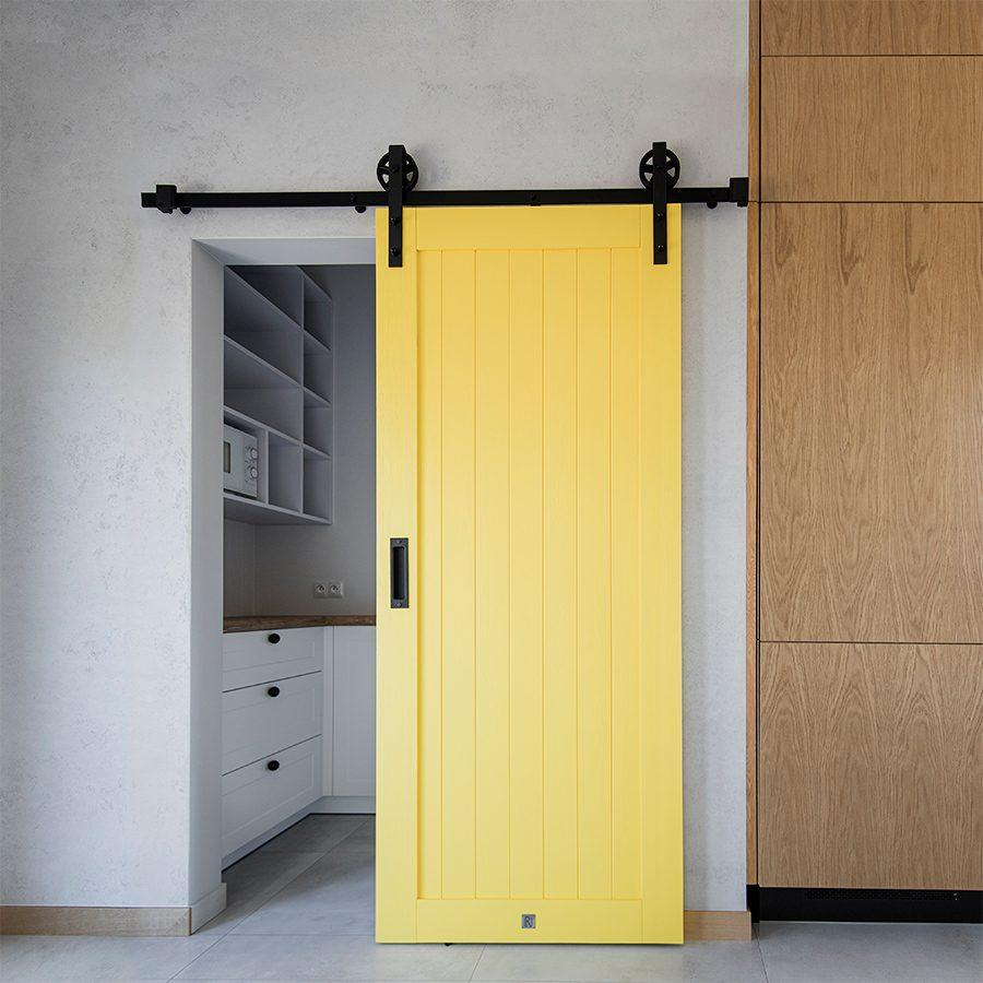 Nowoczesna kuchnia z żółtymi drzwiami przesuwnymi