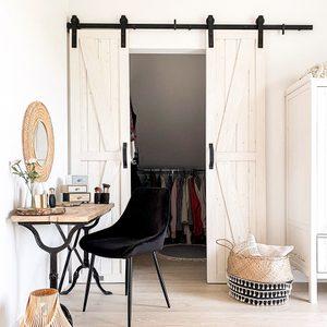 Jasna sypialnia w rustykalnym stylu - biel i naturalne drewno