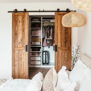 Wąskie drzwi przesuwne do garderoby w sypialni