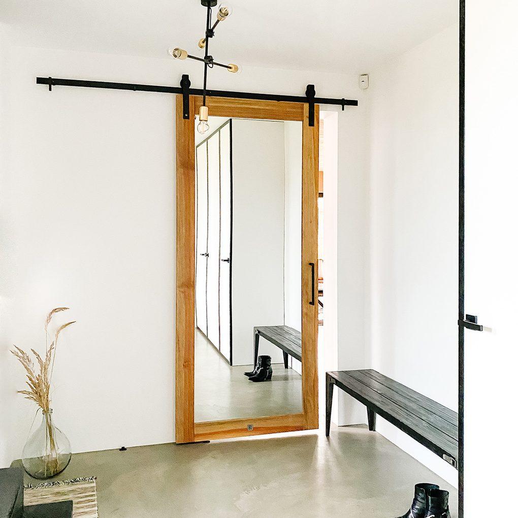 Drzwi przesuwne z lustrem w biało-czarnym przedsionku