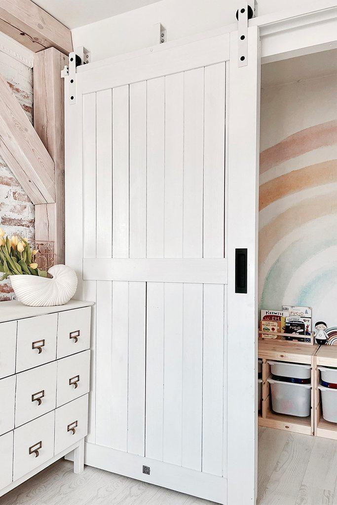 białe drzwi przesuwne zamykające wnękę z kącikem dla dziecka