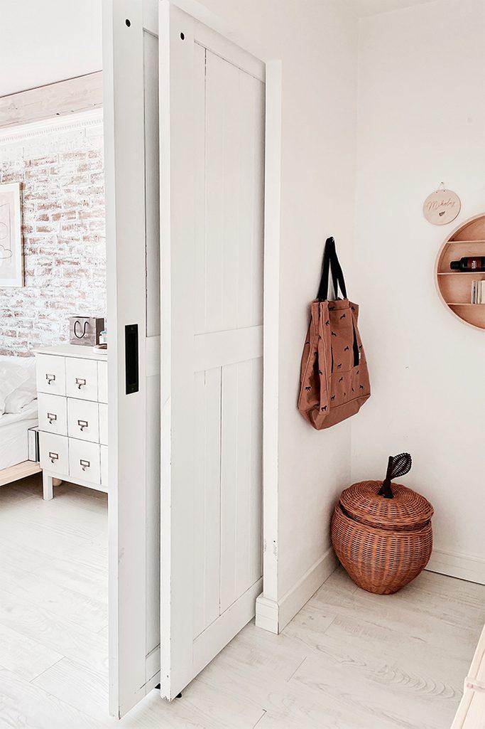 wnęka w sypialni ukryta za rozsuwanymi drzwiami przesuwnymi