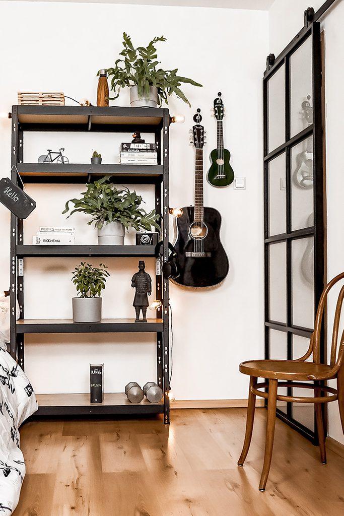 metalowy regał w stylu loft udekorowany roślinami doniczkowymi