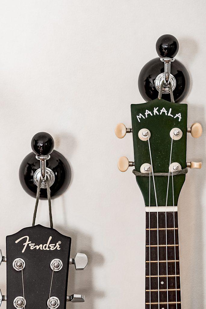 gitary wiszące na ścianie jako dekoracja