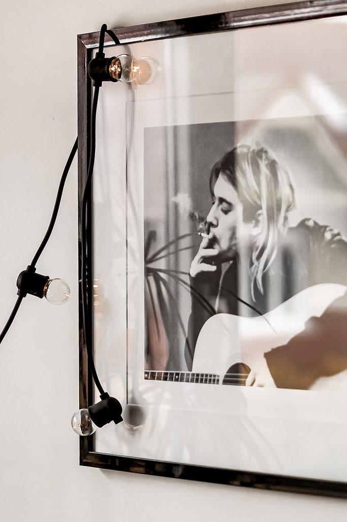 biało-czarny plakat w czarnej ramce ze szkłem