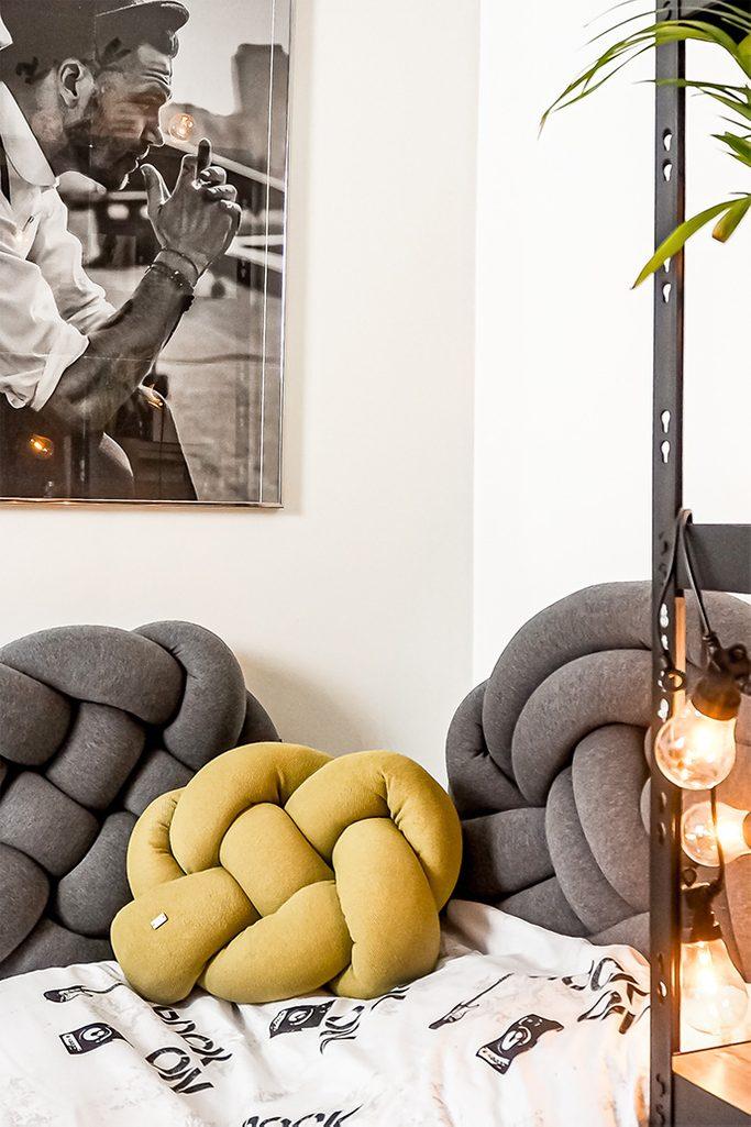 aranżacja pokoju studenta z poduszkami dekoracyjnymi knot pillow