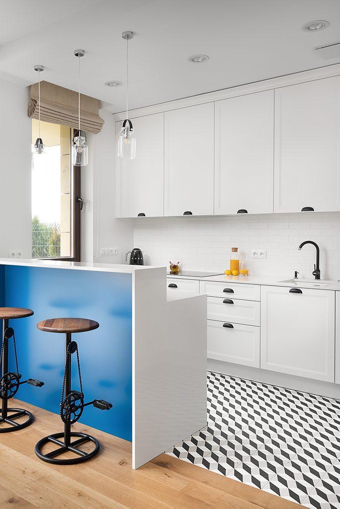 Aneks kuchenny urządzony w kolorze białym z czarnymi metalowymi dodatkami
