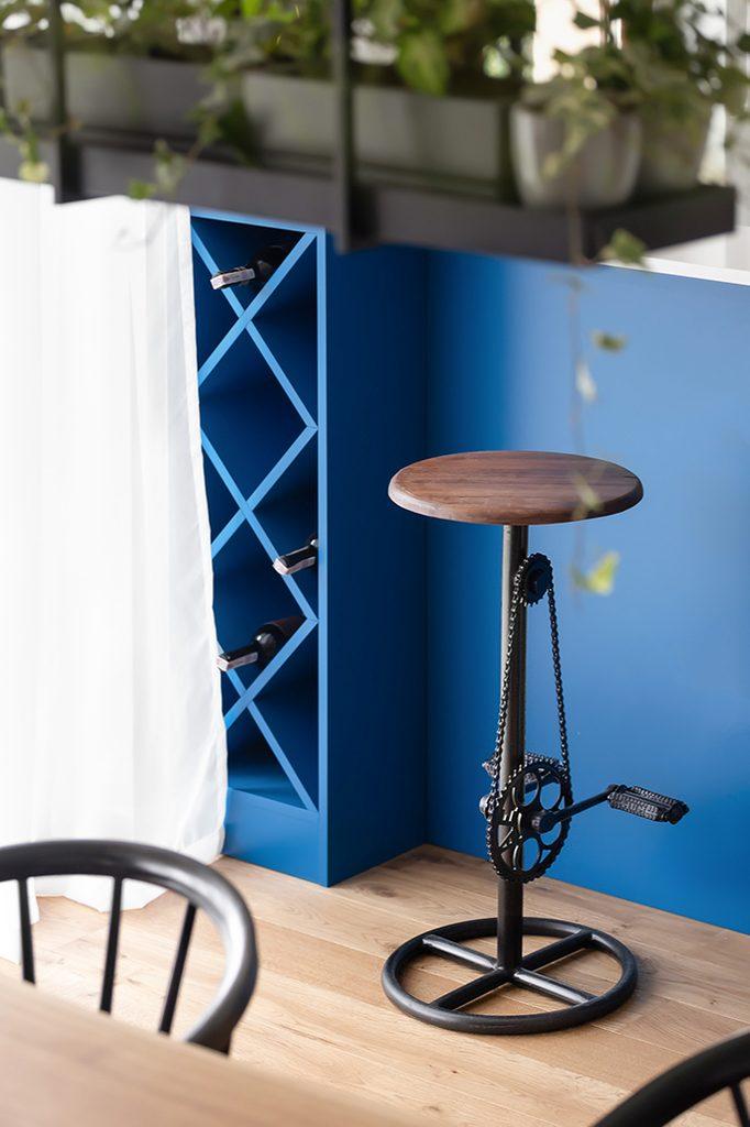 Industrialny stołek barowy z drewna i czarnej stali z pedałami rowerowymi