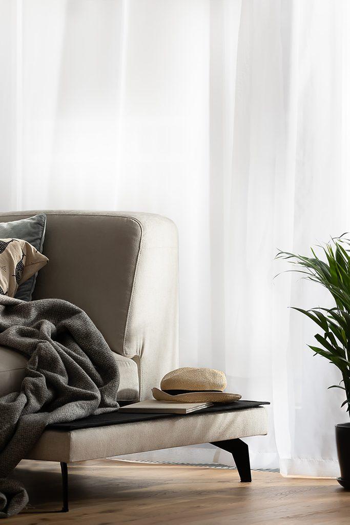 Jasno brązowa sofa w salonie
