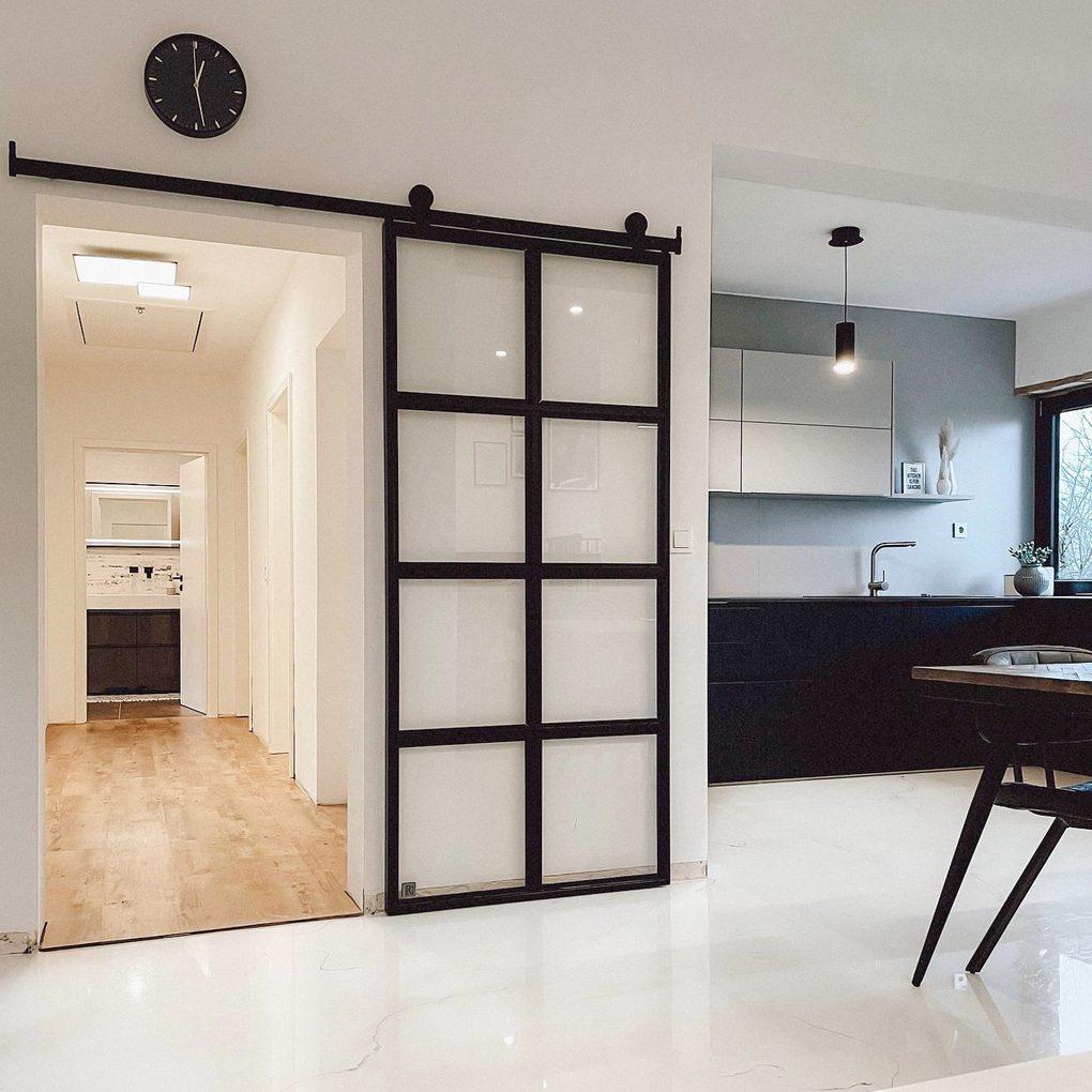 Szklane drzwi przesuwne zamykające korytarz i odzielające część dzienną wnętrza