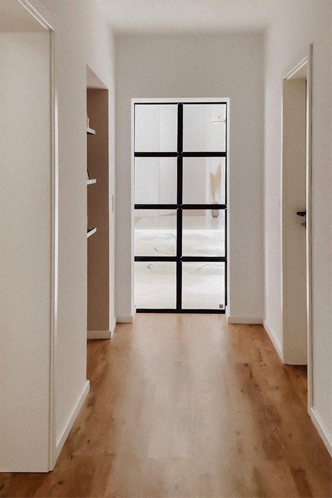 Drzwi ze szkłem oddzielające korytarz od części dziennej mieszkania