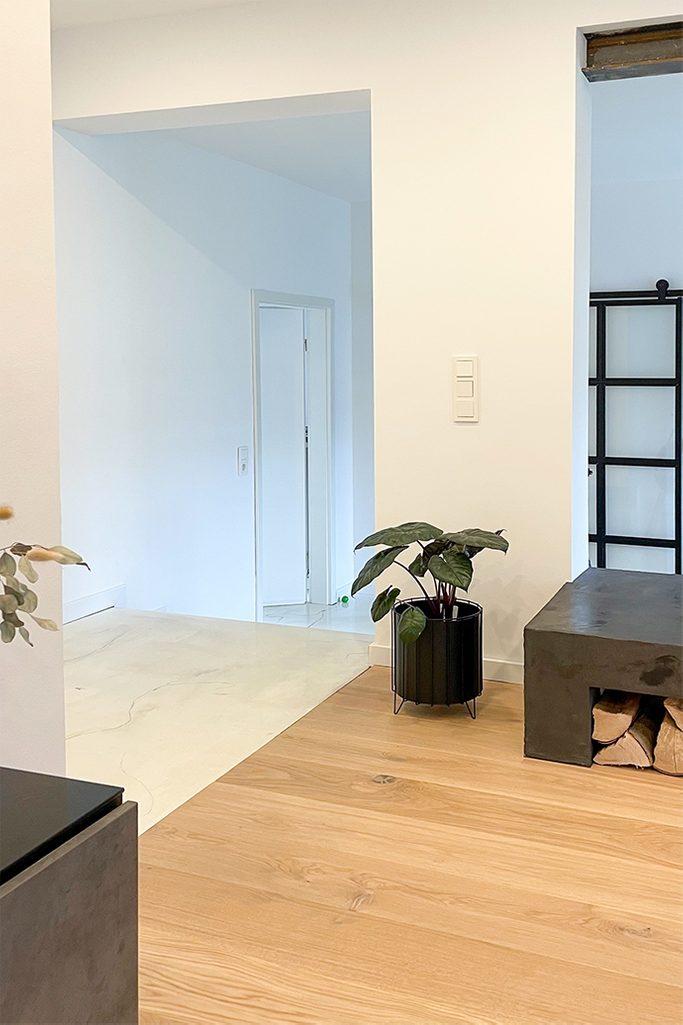Otwarte przestrzenie, białe ściany w nowoczensym domu urzadzonym w minimalistycznym stylu