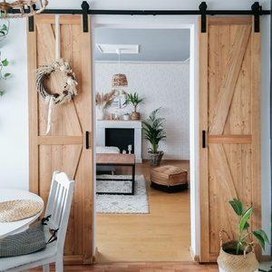 drewniane drzwi przesuwne w przejściu między kuchnią a salonem
