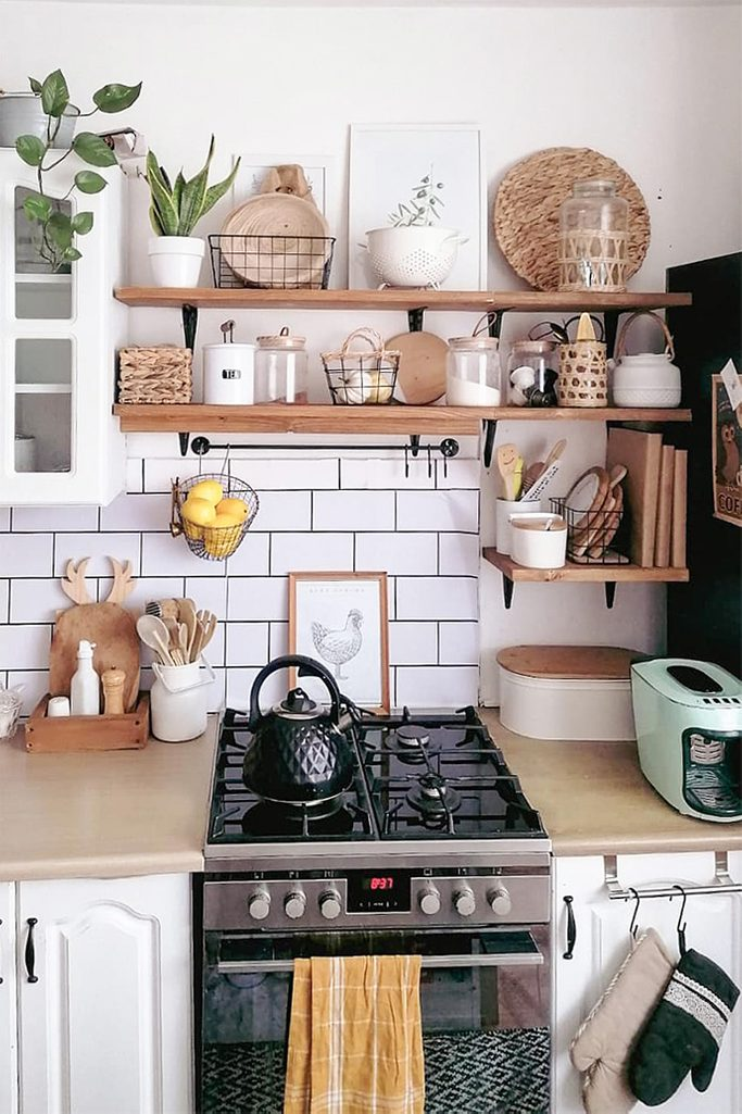 mała kuchnia z białymi meblami i drewnianymi dodatkami w stylu boho