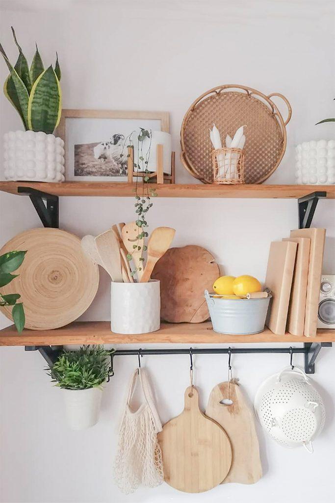 drewniane półki na akcesoria kuchenne