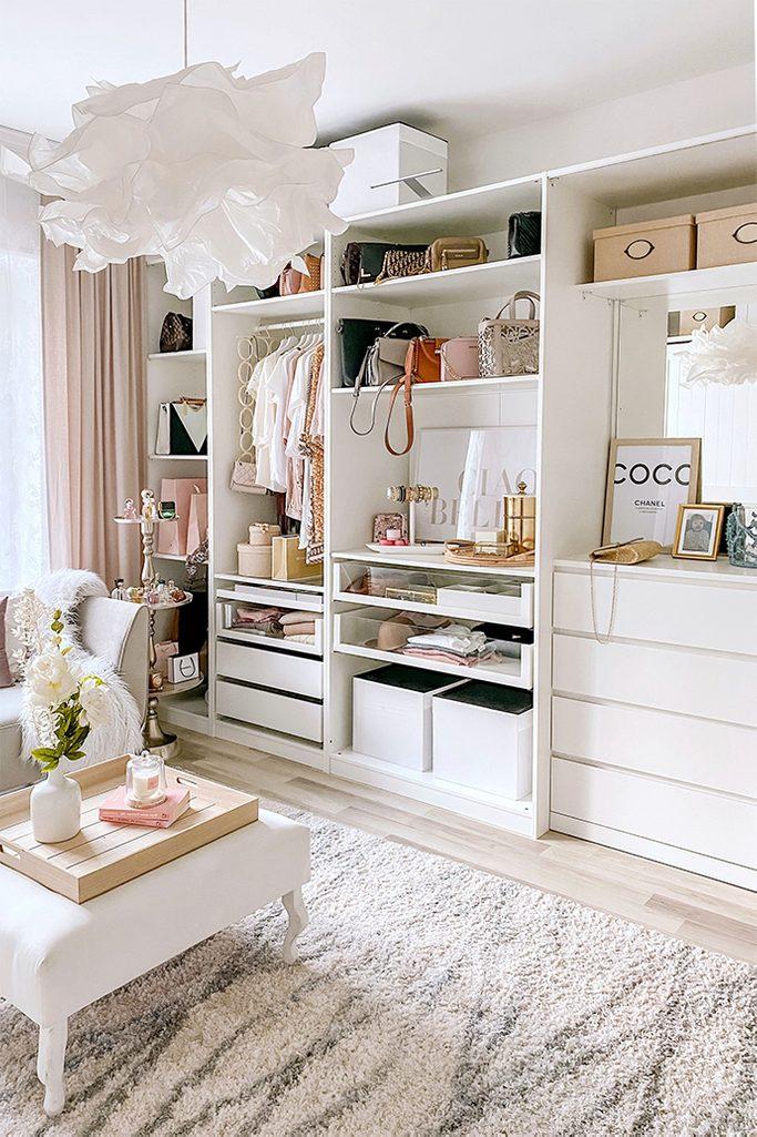 Białe półki i regały w aranżacji garderoby