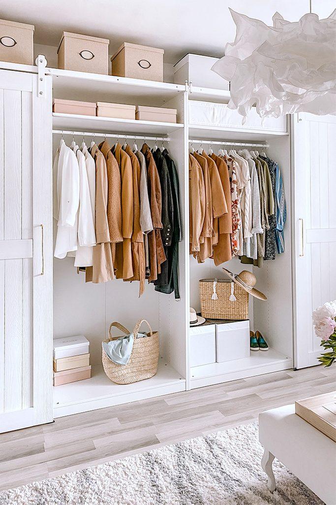 Biała, duża szafa z ubraniami w garderobie dla kobiety