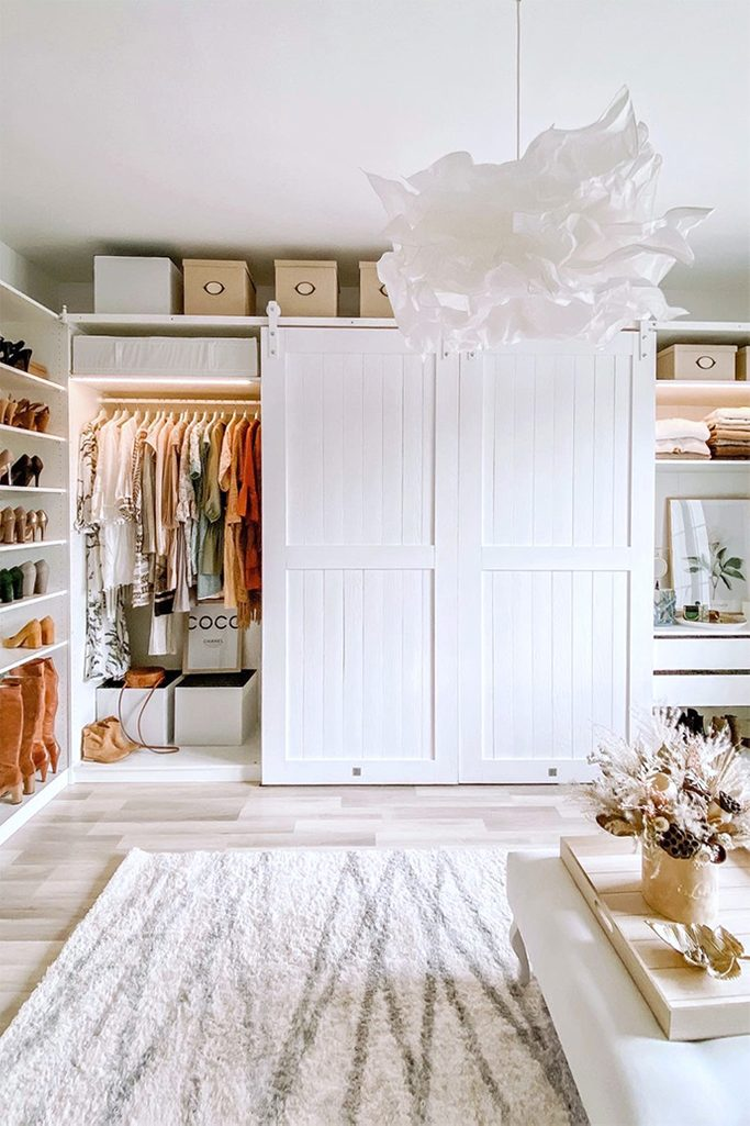 Białe drzwi na systemie przesuwnym zamykające szafę z ubraniami