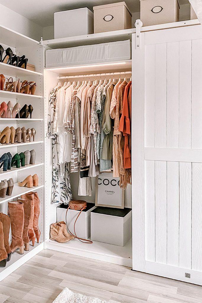 Duże, białe szafy na ubrania w garderobie urządzonej w stylu klasycznym